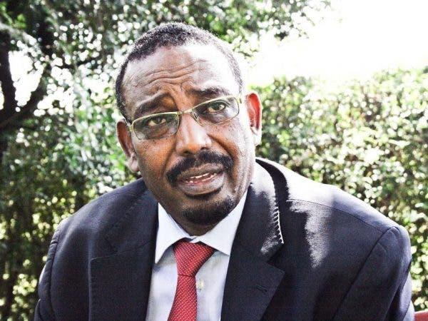 """Farax Macalin oo si cajiiba uga jawaabay su'aal uu nin Kenyan weydiiyey """"Maxaad ugu khafiiftay Soomaaliya?"""