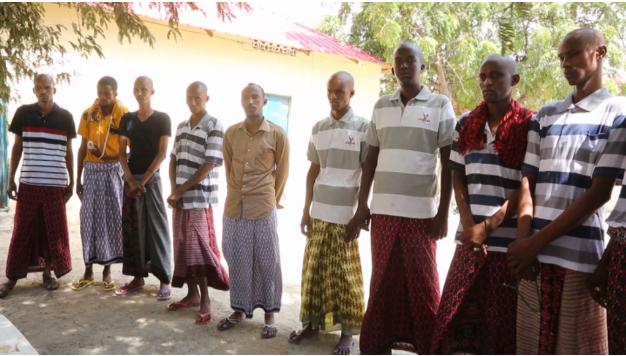 Sawirro: Axmed Madoobe oo maxkamad soo taagay askartii ka hor-timid (Aqri)