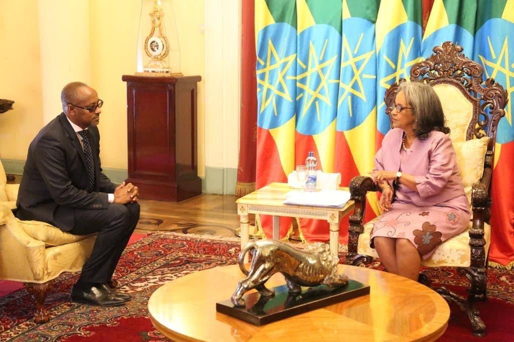 Sawirro: Safiirka Somalia ee Ethiopia oo warqadaha aqoonsiga laga gudoomay