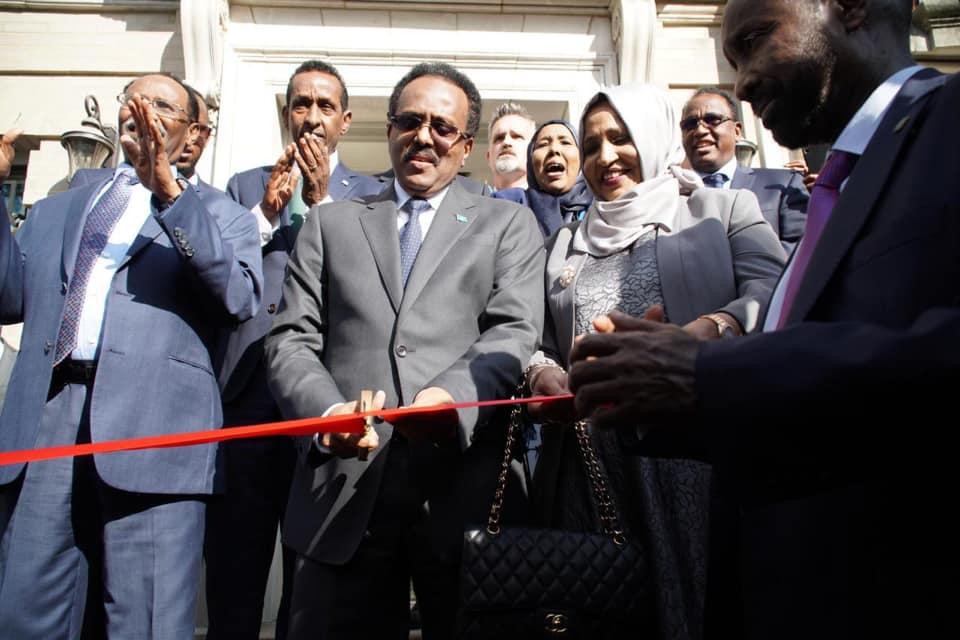 Sawirro: Farmaajo oo xariga ka jaray dhisme ay iibsatay safaarada Somalia ee USA