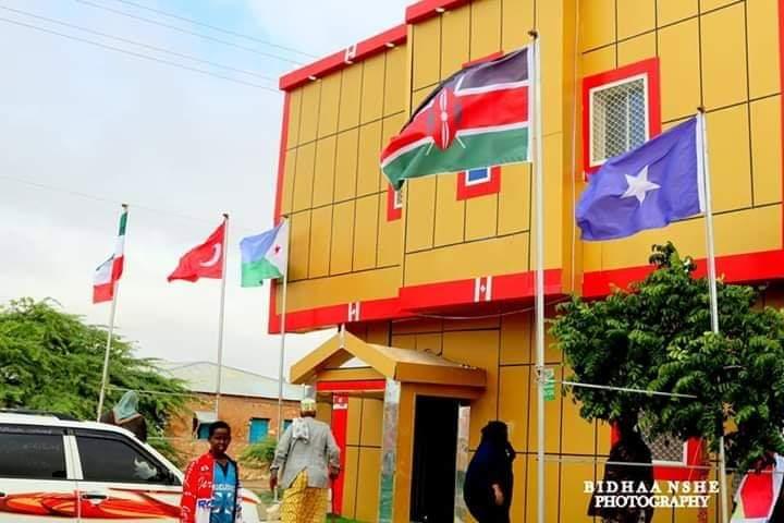 Ciidamada Somaliland oo xoog kula wareegay hotel la suray calanka Soomaaliya