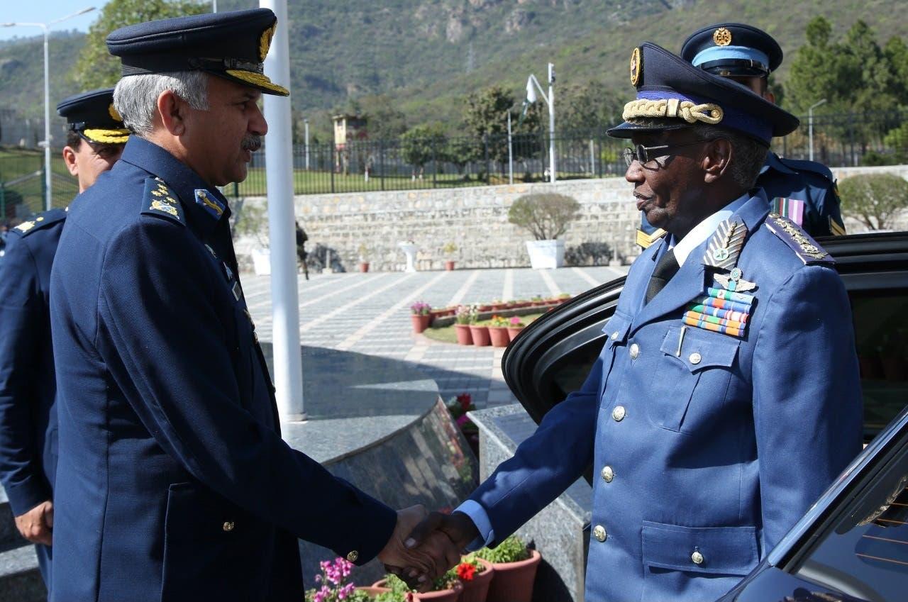Sawirro: Taliyaha ciidamada cirka SOMALIA oo booqday xarunta ciidanka cirka Pakistan