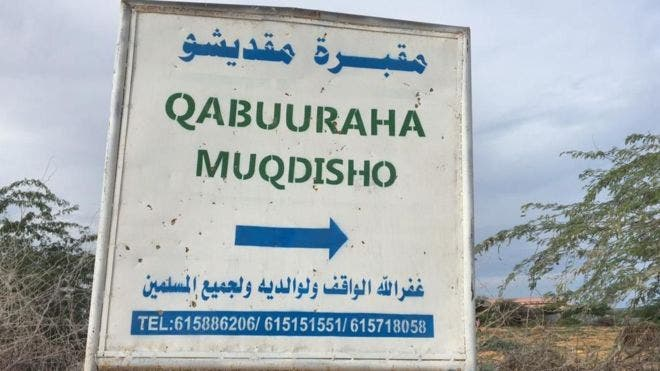 Qabuuraha MUQDISHO oo buuxsamay iyo dadka oo lagu aasayo qabuuro cusub