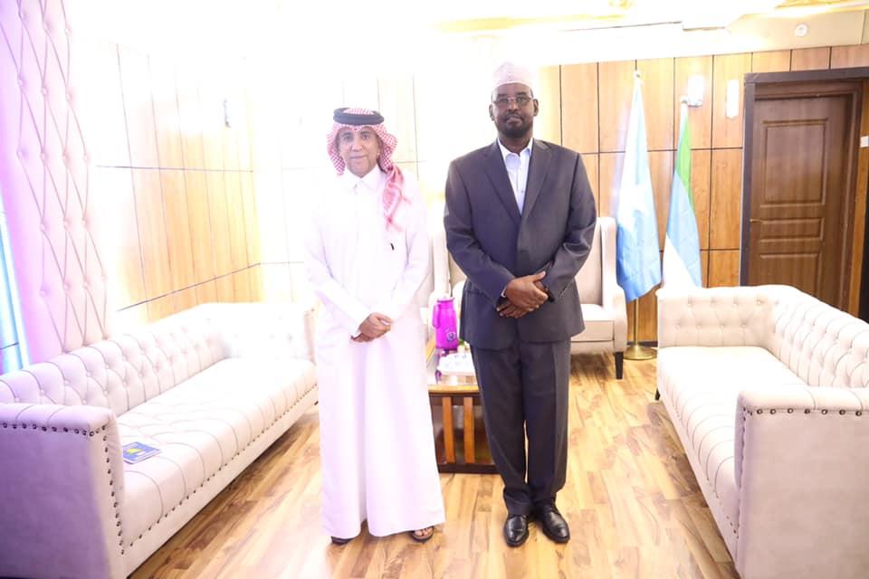 Sawirro: Maxaa kasoo baxay kulankii Axmed Madoobe iyo safiirka Qatar ee Somalia?