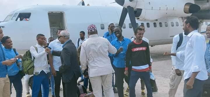 DF Somalia oo Muqdisho diyaarad ku keentay ardayda dugsiyada sare ee Baraawe