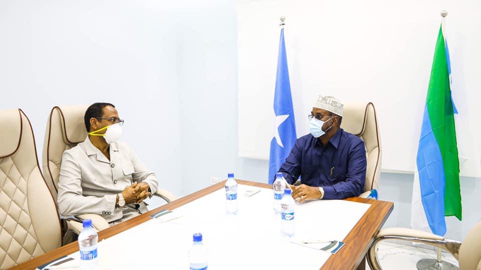 Axmed Madoobe oo arrimo xasaasi kala hadlay safiirka Jabuuti u fadhiya Somalia