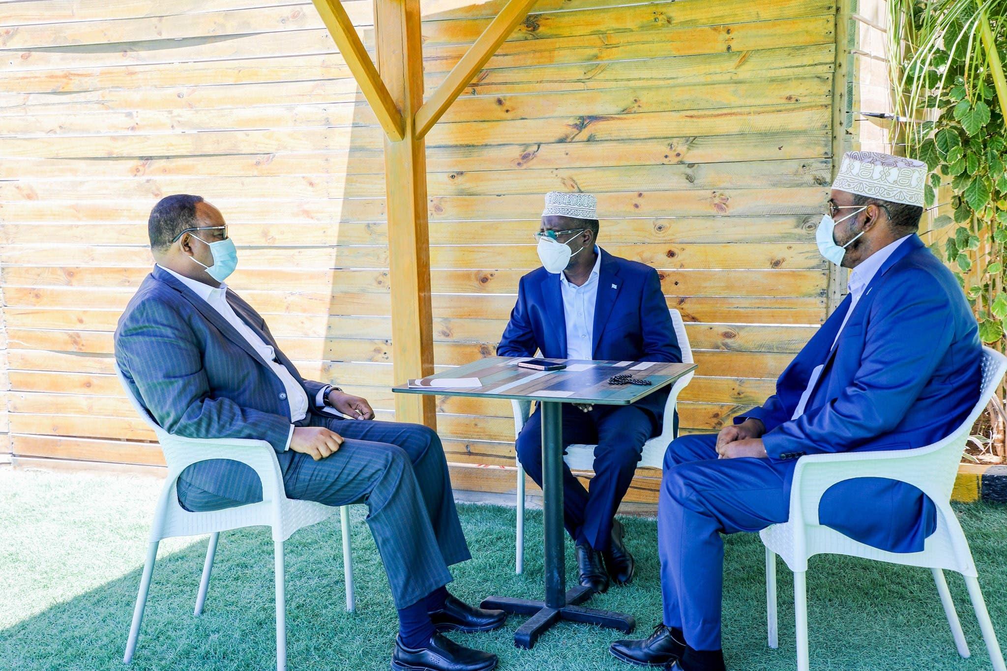 Sawirro: Maxaa kasoo baxay kulankii Sheikh Shariif, Siciid Deni iyo Axmed Madoobe?