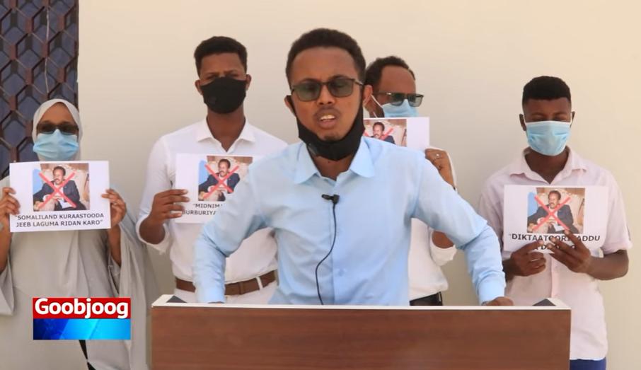 Dhallinyaro reer Somaliland ah oo Muqdisho ku sugan oo ka hor-yimid 'qorshe uu wato' Farmaajo (Daawo)