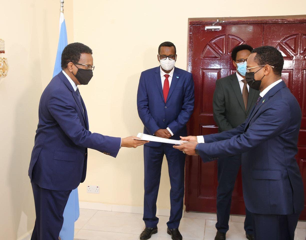 Sawirro: Farmaajo oo aqoonsiga ka guddoomay safiirka cusub ee Ethiopia