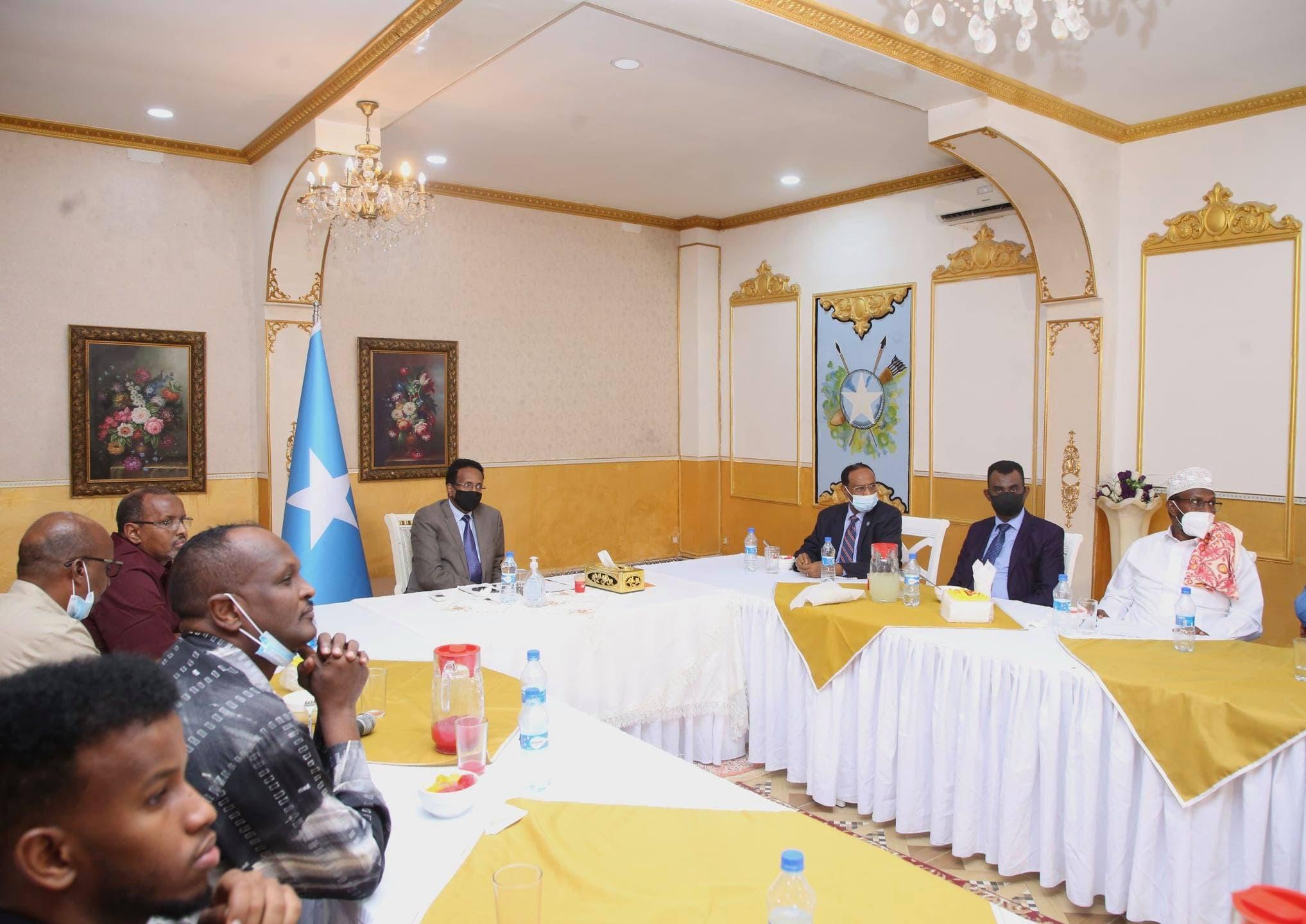 Sawirro: Muxuu Farmaajo kala hadlay ganacsatadii uu xalay kula shiray Villa Somalia?