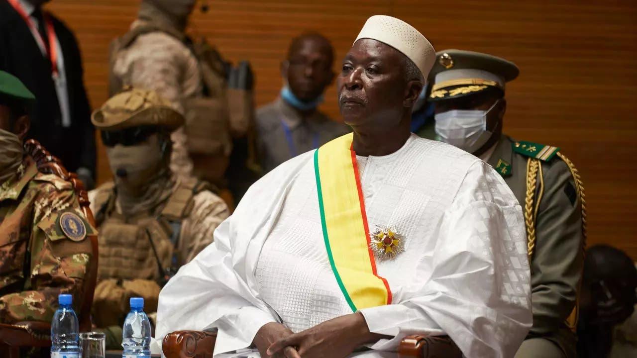 Ciidamo militari ah oo xirtay madaxweynaha iyo ra'iisul wasaaraha dal African ah