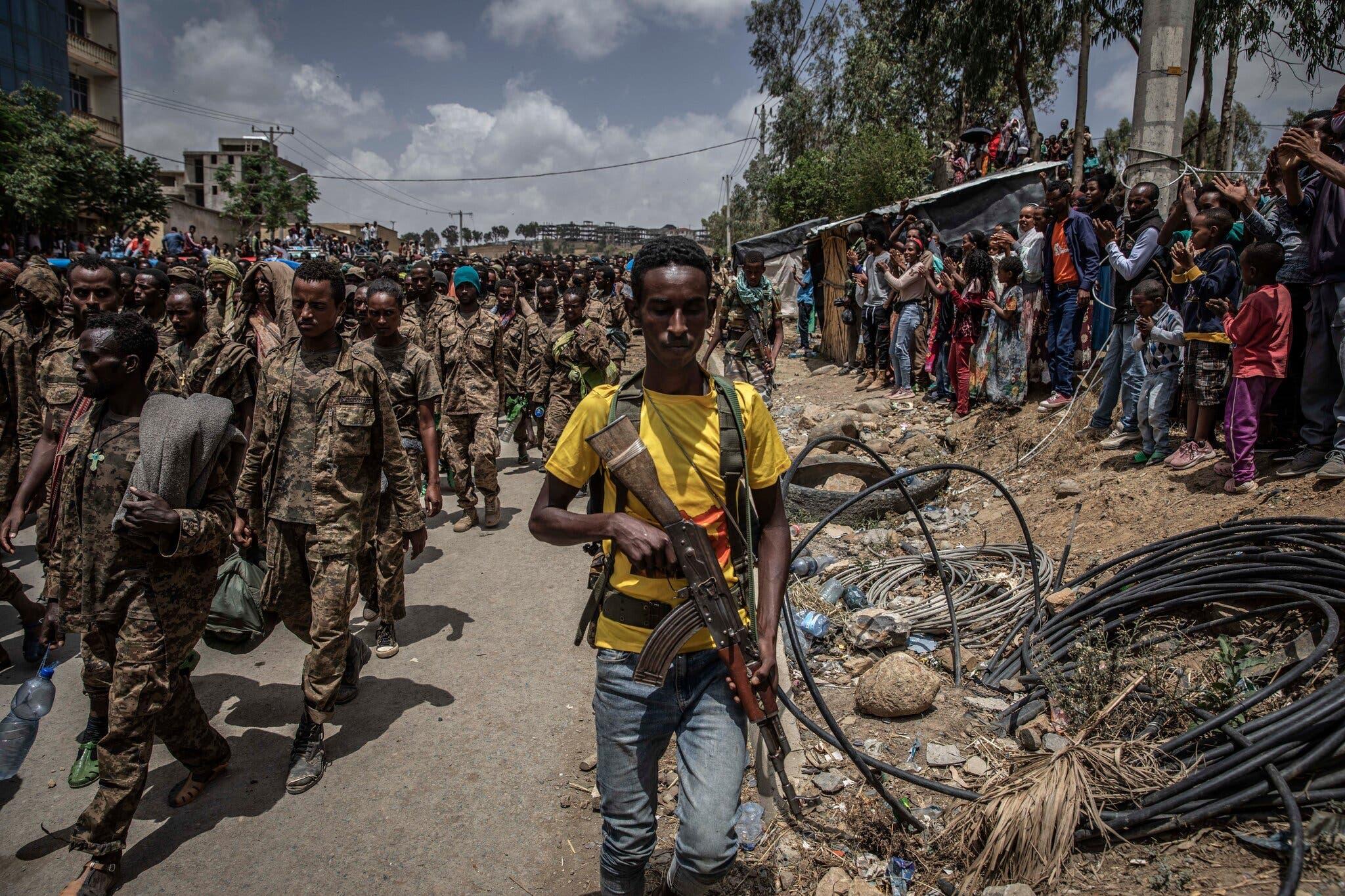 Sawirro: Tigrayga oo soo bandhigay 6,000 askari oo laga qabsaday Ethiopia